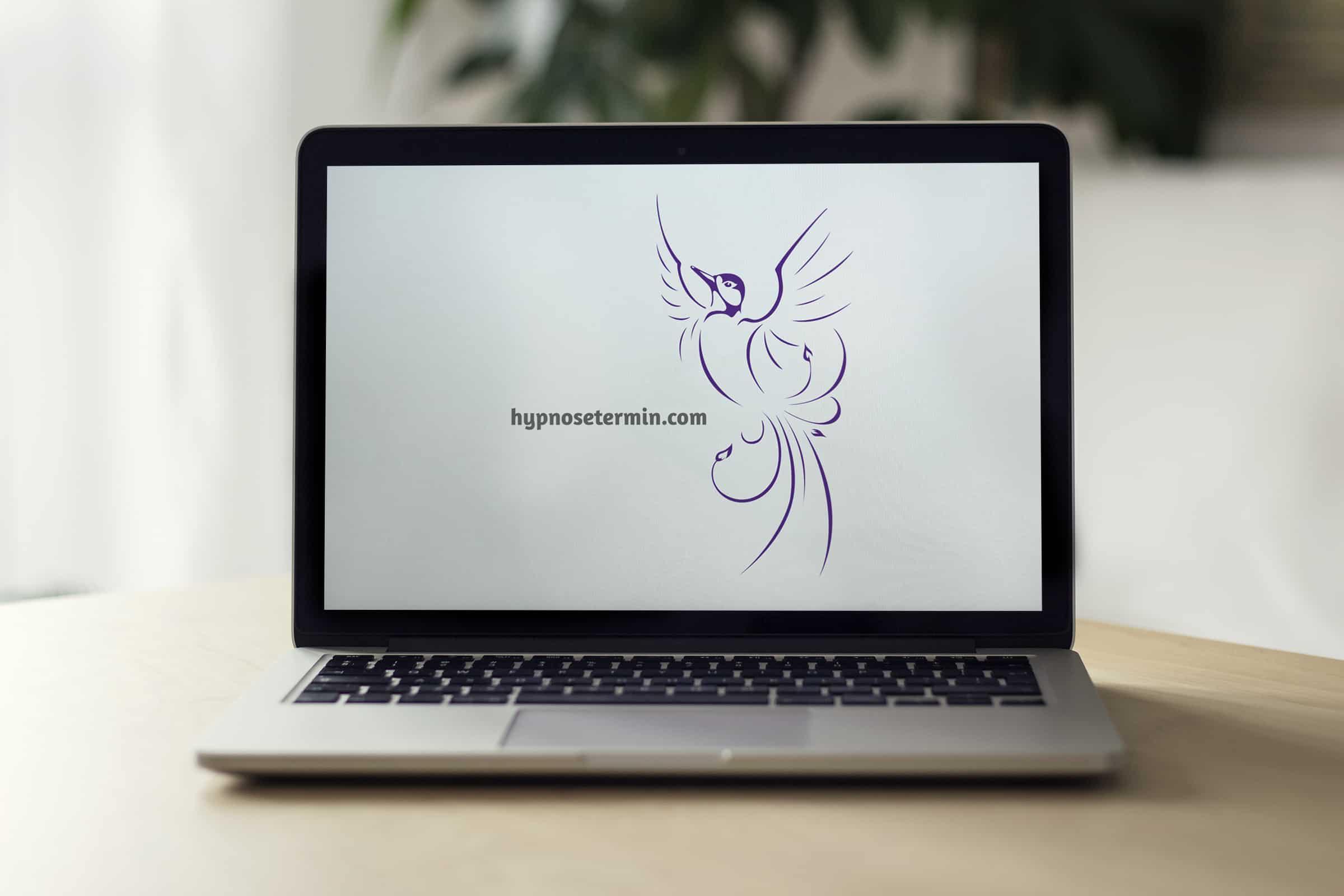 Aufgeklapptes Macbook auf Tisch zeigt Website hypnosetermin.com bei Hypnose Hamburg